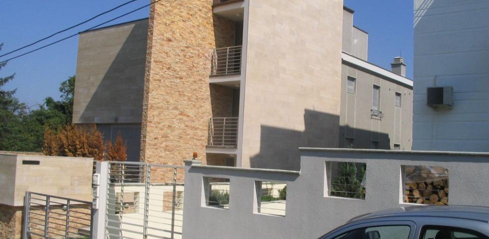 Izgled prednje fasade sa pogledom na glavni ulaz, fasada je radjena u kombinaciji veštačkog kamena, ploča travertine debljine 3cm I prirodnog bunjastog kamena