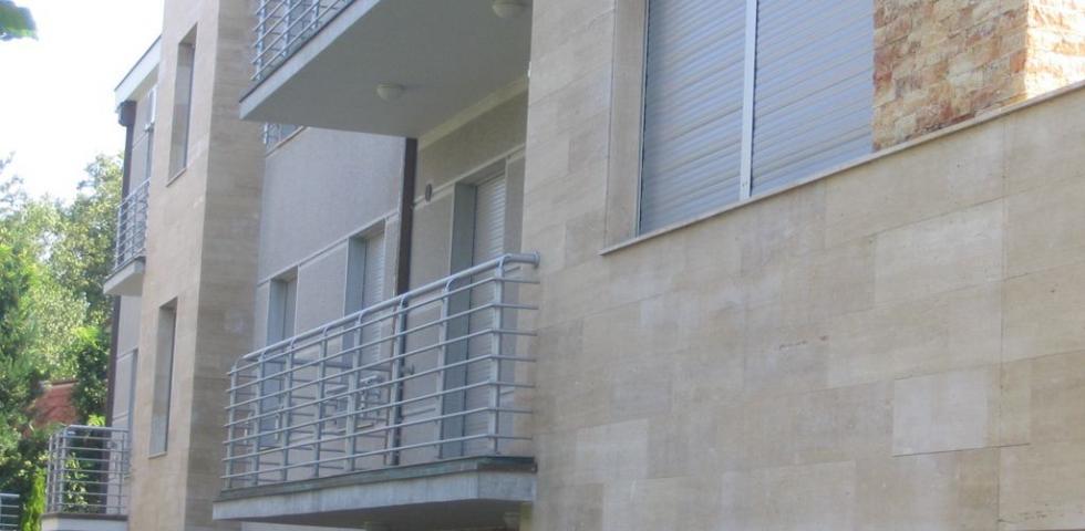 Izgled bočne fasade, veštački kamen je radjen od mešavine belog I crvenog zrna sa dodatkom sivog cementa, površinska obrada je pikovanje
