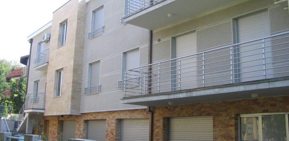 Izgled bočne fasade - veštački kamen je radjen od mešavine belog I crvenog zrna sa dodatkom sivog cementa, površinska obrada je pikovanje