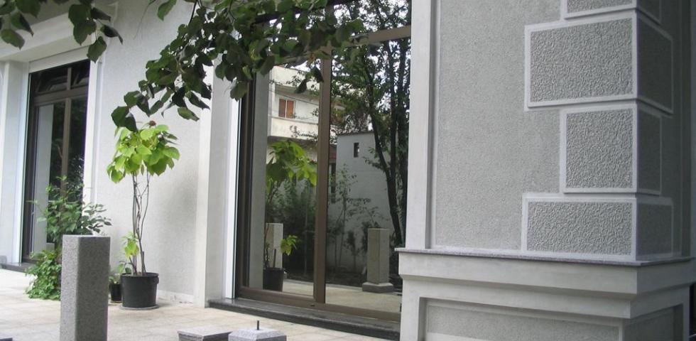 Izgled fasadne plastike na dvorišnoj fasadi, prozorske šembrane, profilisani nadprozornici, detalj venca prizemlja kao I ugaonog pilastera