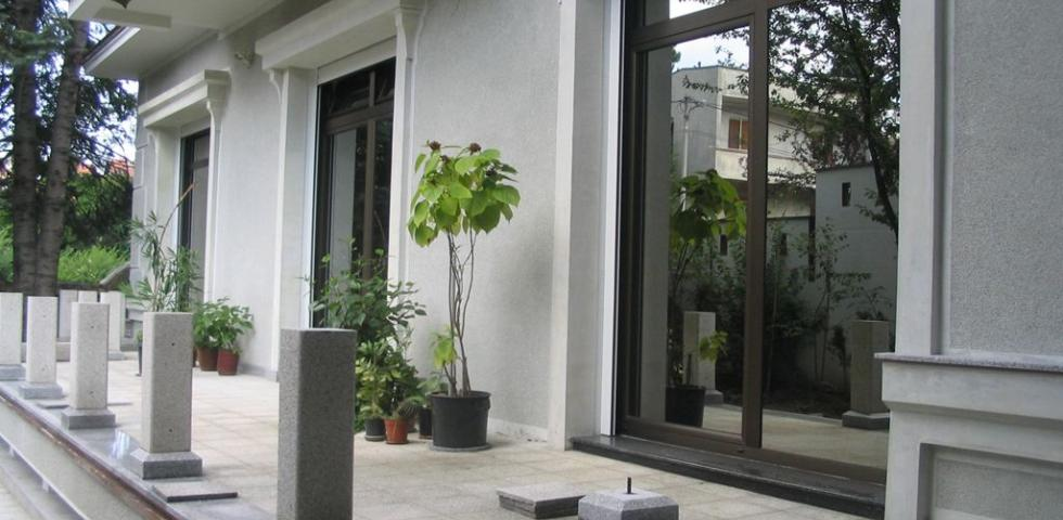 Izgled fasadne plastike na dvorišnoj fasadi, prozorske šembrane, profilisani nadprozornici, detalj venca prizemlja
