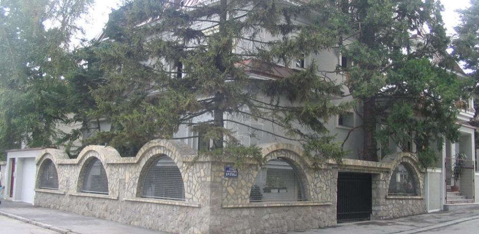 Prelep izgled ornamentalne fasade izvedene od mlevenih frakcij avalita koji u kombinaciji sa belim cementom, daju sivkasto-zelenkasti izgled zaklanjaju visoki borovi stari preko 50godina.