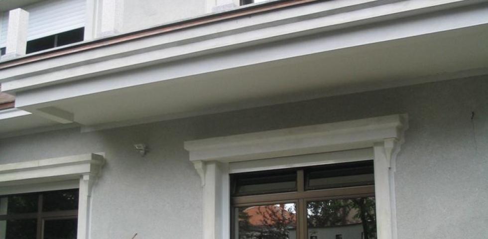 Izgled fasadne plastike na dvorišnoj fasadi, prozorske šembrane, profilisani nadprozornici, detalj venca prizemlja, venca sprata, malog venca na delu ispod kaplame kao I prozorskih konzola