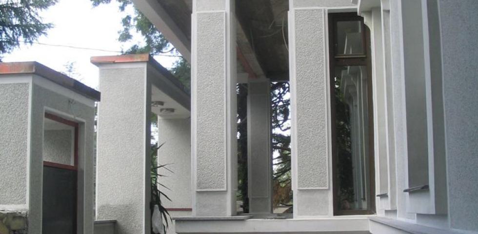 Detalj ulaznih stubova, kao I fasadne plastike slikano s boka
