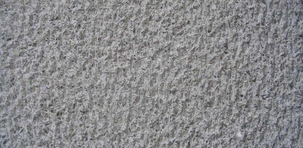 Izgled strukture kamena na delu površinske obrade pikovanjem